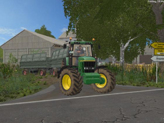 John Deere 7810 beim Mais fahren