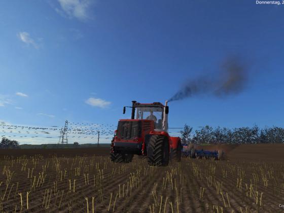 Kirovets K744 R4 bei der Bodenbearbeitung